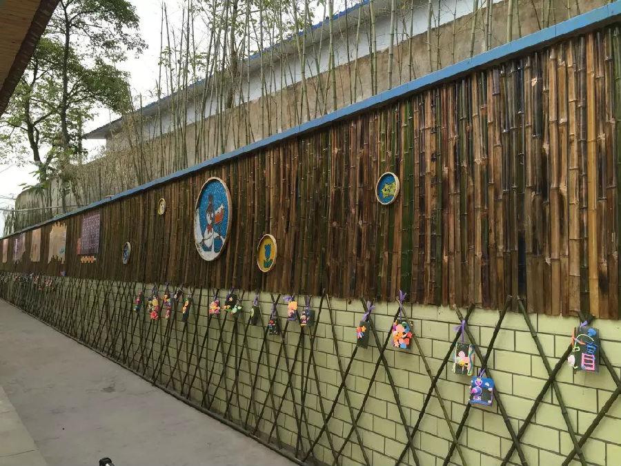 """随后,学校聘请文化公司,对校门口围墙进行翻新,设计,建成""""竹韵书香"""""""