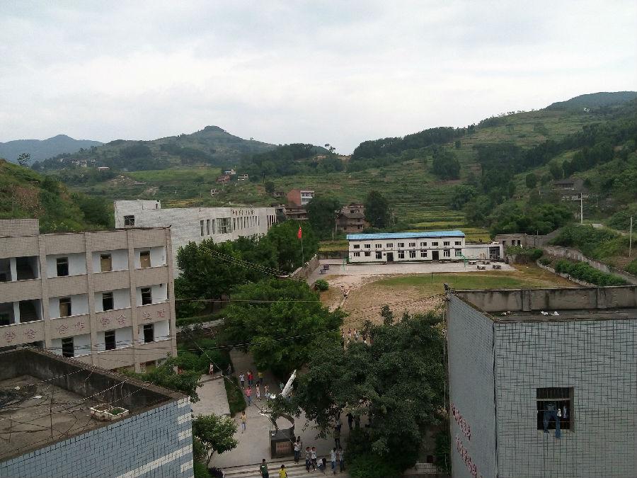 丰都县龙孔镇初级中学校位于长江之滨,地处丰都东大门,是一所公立初级中学校。学校始建于1966年6月,现在的校舍建于2002年,是一所典型的农村中学。学校占地11500平方米,建筑面积5620平方米。现有教职工45人,专任教师44人,其中中高级职称20人,大学本科学历38人,县、级骨干教师和学科带头人8名。现有15个教学班,970余名学生。  近年来,学校以一切为了学生的终身发展奠基为办学理念,坚持以人为本,全面发展,终身发展的办学思想,以让师生享受有质量的教育公平即公平教育为学校特色,