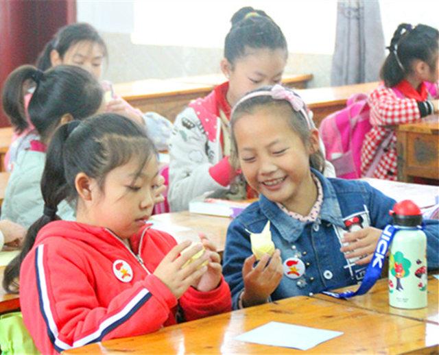 在手工课堂上,千纸鹤的制作也成了一道亮丽的风景线,他们小心翼翼的折